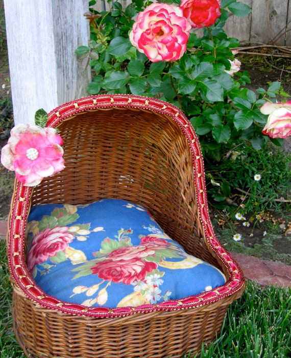 Dog Bed, Cat Bed Vintage Wicker, Roses