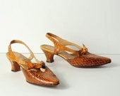 S A L E.....vintage 1960s shoes / 60s shoes --  mustard snakeskin & low heels (size 6)