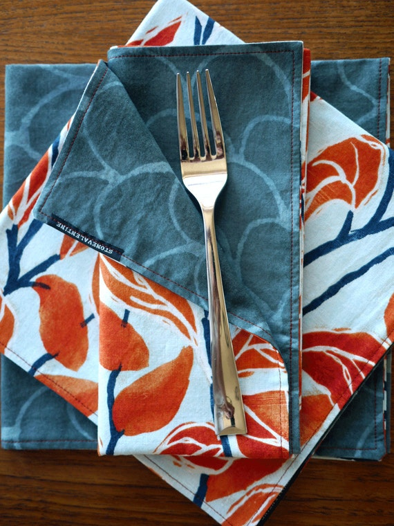 Reversible napkins with climbing vines and arches