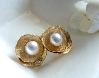 LOTUS STUD EARRINGS WITH PEARL IN GOLD (SILVERVERSION IS ALSO AVAILABLE)