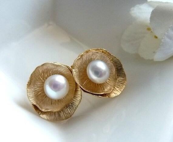 LOTUS Stud Earrings with Pearl in Gold