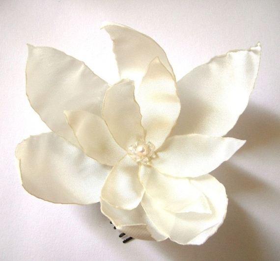 cream white lilium blossom wedding flower comb