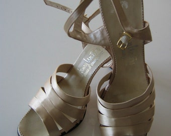 gorgeous 60's silk shoes, pumps, high heels. Vintage Size 8.  Henry Waters