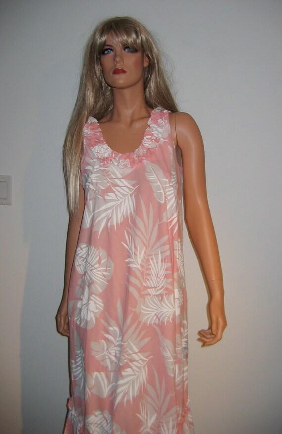 Groovy 70's Summer lounge Dress. Muumuu by Hilo Hattie Vintage Hawaiian Hippie.  Peach print. Size Medium.