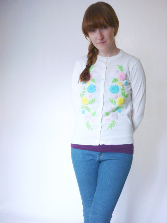 vintage 1950s embroidered pastel flowers cardigan / 50s dainty button up knit sweater / size small