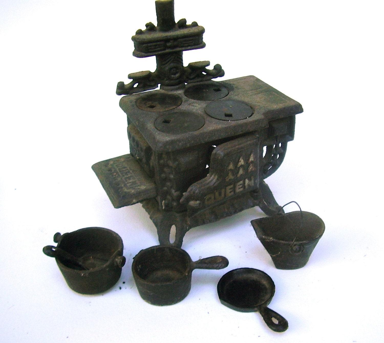 Mini Stove: Queen Cast Iron Stove Miniature