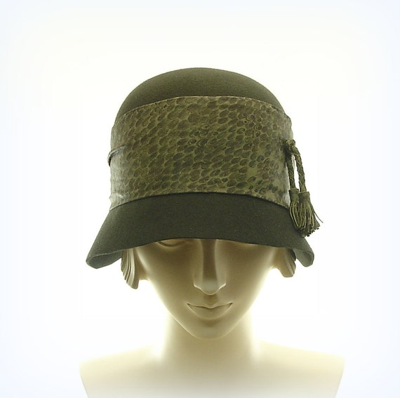 Green Cloche Hat for Women - 1920s Fashion Hat - Downton Abbey Felt Hat -  Leather Timmed Hat
