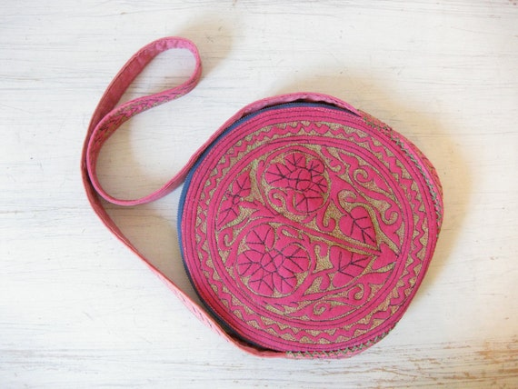 vintage 70s // pink embroidered flowers and hearts purse