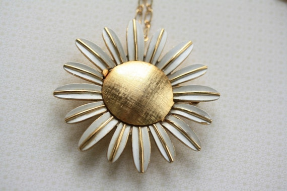 VINTAGE Daisy Locket Necklace, White and Gold Flower, Large, Long Chain, Perfume Pendant, Retro Jewelry, Jewellery