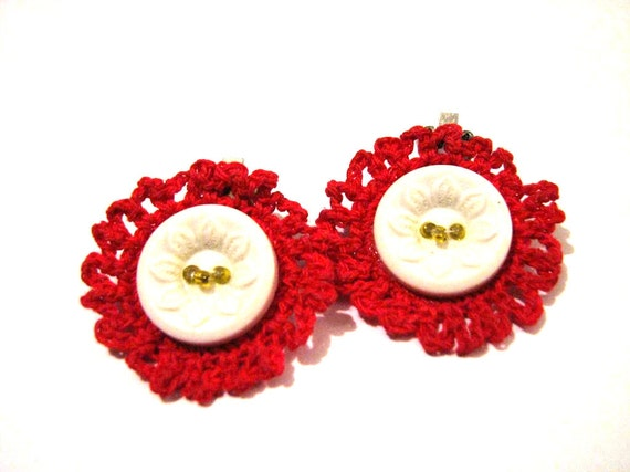 Vintage White Daisy Button and Red Crochet Doily Round Clip Earrings