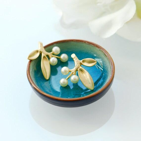 Pearl earrings, June birthstones, Pearl stud earrings, Pearl and gold earrings, Ivory pearl earrings, unique wedding bridesmaid gifts