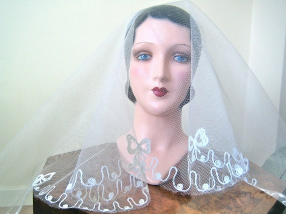1930s-40s Wedding Veil - Circular white net veil with embroidered bows - beautiful