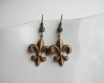Fleur de Lis Dangle Earrings In Antiqued Brass Victorian Chocolate Brown Earrings Vintage Style Earrings Earth Tones Fall Autumn Jewelry