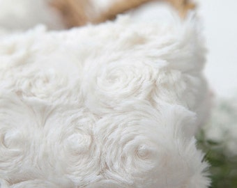 2 Yards, Roses Faux Fur WhiteIvory WIDE 160cm, U2958