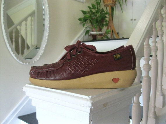 Vintage 70s burgundy woven leather wedge shoes with heart inlay sole(sz 8)