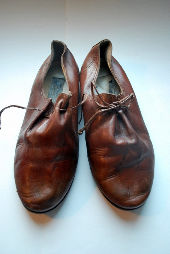 Minimalistically simple oxfords .vintage leather avant gard lace up shoes .8M and made in Italy