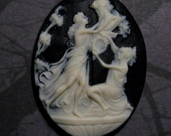 40x30mm Cameo - Ivory/Black - At the Fountain - 1 pc : sku 05.21.11.24 - L13