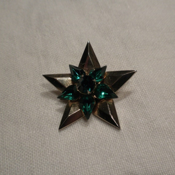 Vintage Coro Star Brooch of Emerald Green Rhinestones