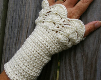 Arm warmers Fingerless Gloves in Cream Peacock Ruffle Crochet