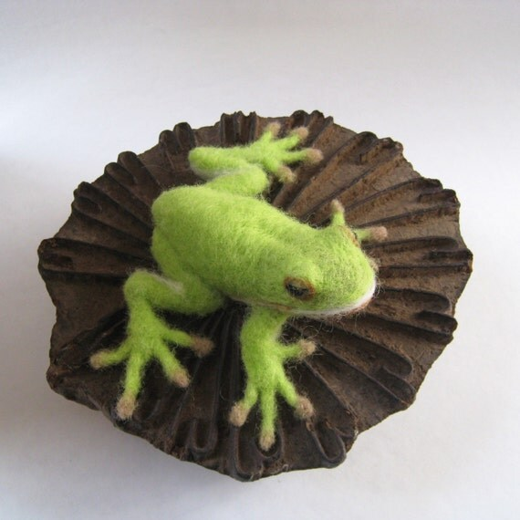 Greenie the green tree frog, needle felted animal wool fiber art sculpture