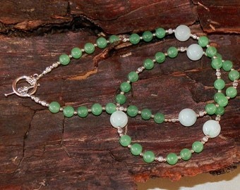 Necklace Two Tones of Jade Round Stones With Silver Plated Toggle Clasp