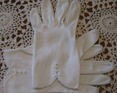 LADIES VINTAGE DRESS GLOVES CREAMY WHITE AND SCALLOPED DETAIL