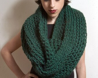 The New Yorker Circle Scarf in Pine GREEN