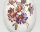 2 Pieces - 40mm x 30mm Vintage Acrylic Floral Cameos On A White Sugar-like Background (4017)