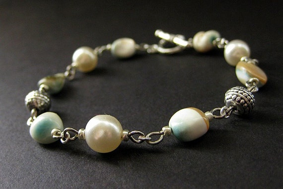Beaded Bracelet in Mother of Pearl Seashell, Glass Pearl and Silver. Handmade Jewelry by Gilliauna