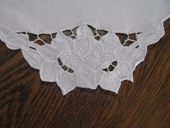 Vintage Linen Embroidered and Cutwork Doilie Doiley Doily Table Cover
