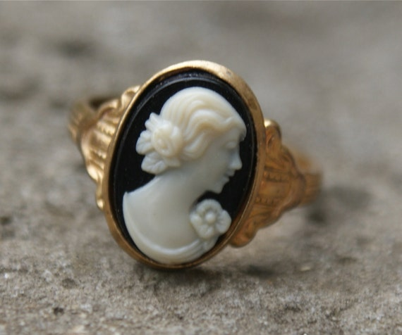 VINTAGE Cameo Ring .