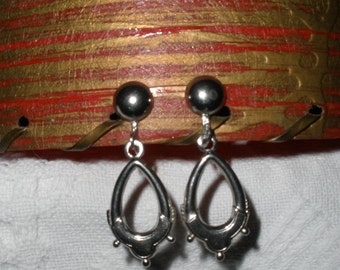 Vintage Earrings Screw Back Oval Silver Tone Metal Earrings Costume Jewelry Screw On Screws