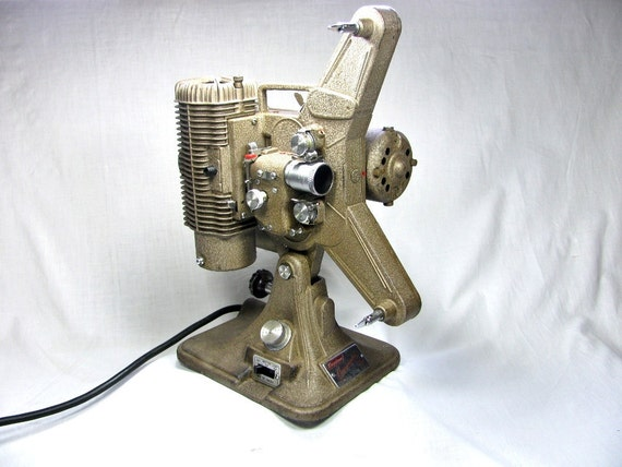 1950s  8mm   PROJECTOR - KEYSTONE COMMANDER Model k-68  -  With Case