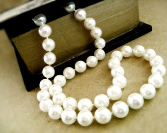 Faux Pearl Necklace - Vintage Classic / White