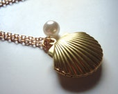 Clamshell and Pearl Necklace, Nautical Jewelry, Clam Shell Locket, Beach Jewelry, Beach Wedding,Bridesmaids Gifts