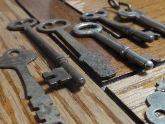 8 Old Vintage Skeleton Keys shabby chic patina great Steampunk gear K8