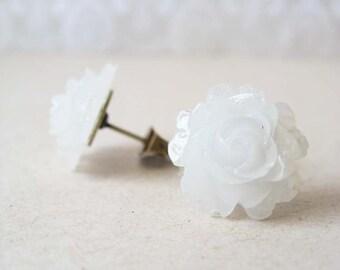 petite rosebuds. (icy white)