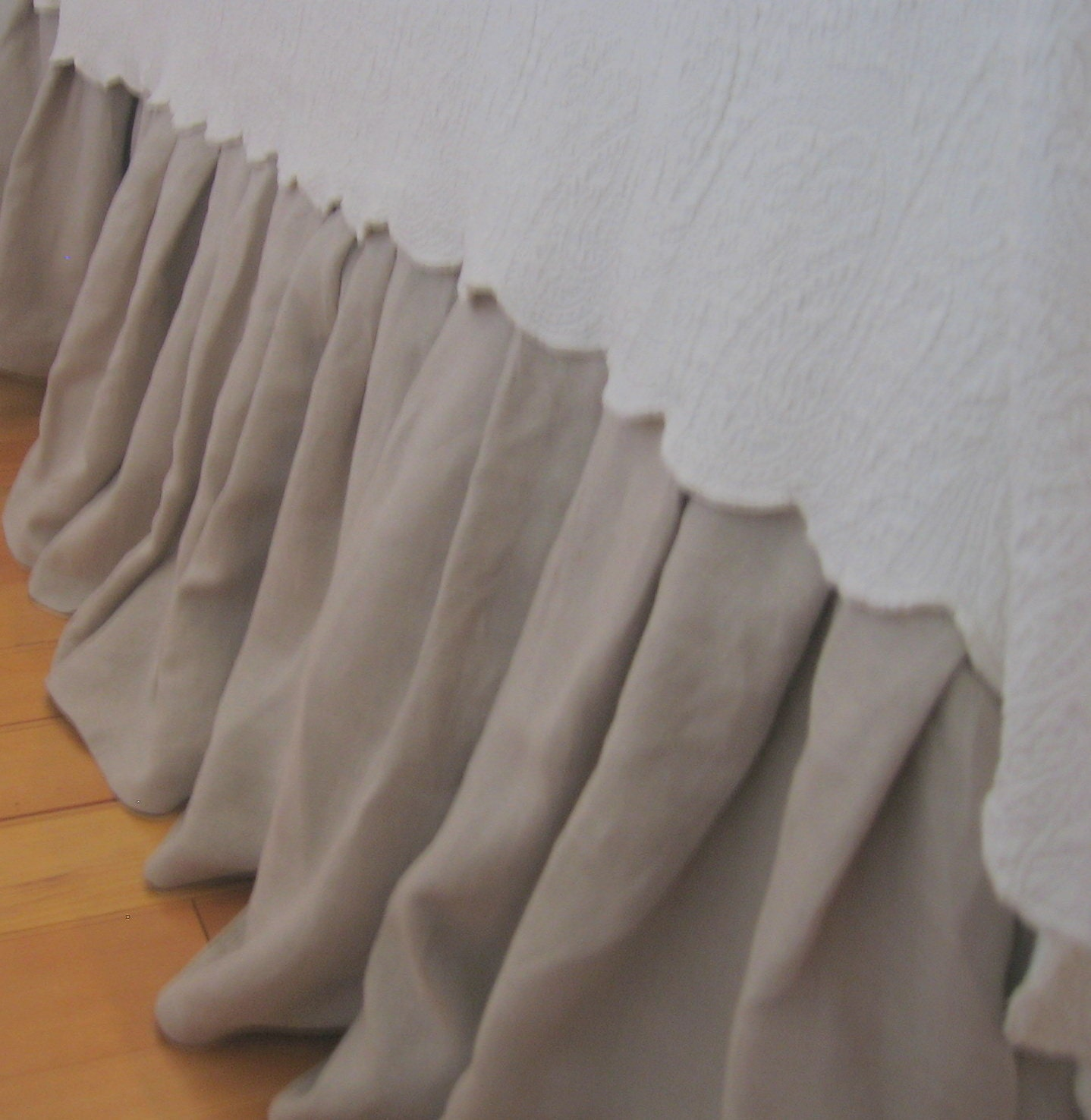 Linen Bed Skirts and Dust Ruffles Linoto's exquisite % linen bed skirts and dust ruffles are thoughtfully designed and expertly measured, cut, and sewn by our artisan craftsmen. Our linen bed skirts are constructed using substantial upholstery-weight linen and .