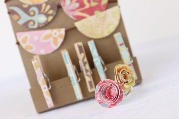 Thumbtack set flowers (2) with mini clothes pegs and paper banner