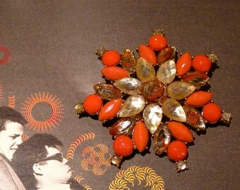Retro Liz Claiborne Brooch 1970s Opaque & Translucent Coral Abalone Moonstone Glass Cabochons Complex Kaleidoscope Design free gift box