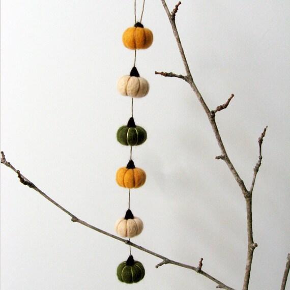 Felt pumpkin Autumn decor : mini FUZZ  magic pumpkin garland v1