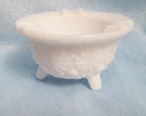 Milk Glass 3 Footed Kettle Ashtray By  L. E. Smith Glass Co. Daisy And Button Pattern