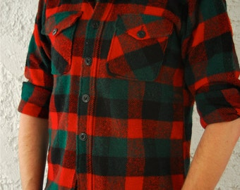 REDUCED - Vintage 1950s Mens Wool Plaid Camp Button Down Shirt with Pockets - sz Small