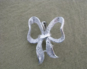 Petite silver tone textured vintage bow brooch pin by Gerrys