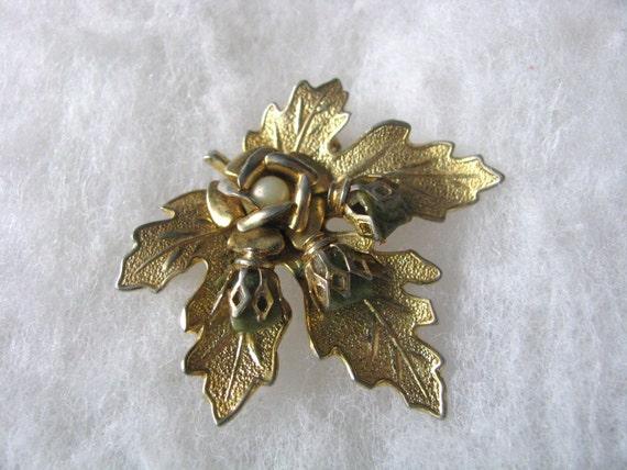 Gold tone leaf shape pin brooch w/jade green stones faux pearl.