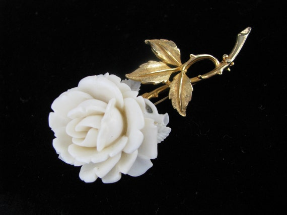 Off white rose flower pin brooch w/gold tone stem by Accessocraft NYC