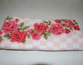 ViNtAgE PiNk ChEcKeD tAbLeCloTh WiTh VaLeNtiNe RoSeS
