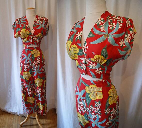 On Hold Killer 1940's Hawaiian red rayon floral print 2 piece playsuit set pants midriff top blouse tiki pin up girl - size Medium