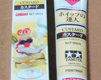 One tube of Tamiya Dessert Topping Master. 100ml. Fake whipped cream for deco sweets. Choose from four colours. One icing tip included.