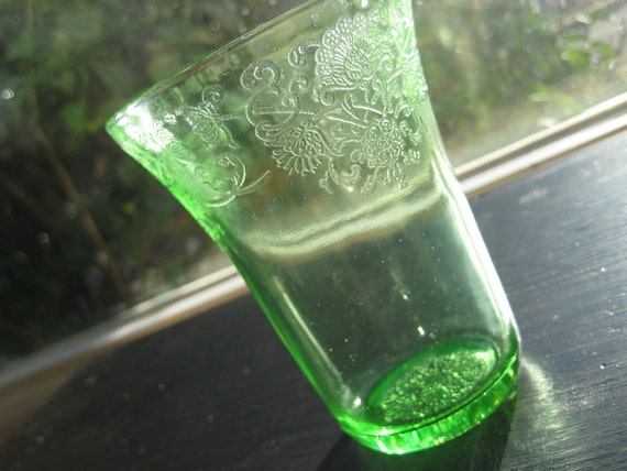 Green depression glass tumbler in Florentine No. 2 (Poppy No. 2) pattern. Hazel Atlas Glass Co. 1932-35.